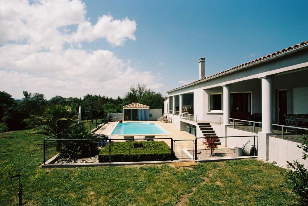 367 Zicht op huis en zwembad